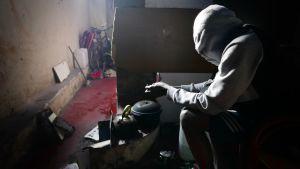 Tunnistamaton turvapaikanhakija asuu tehtaan raunioissa