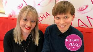 Toimittaja Riikka Holopainen ja pianisti Joonas Ahonen.