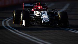 Kimi Räikkönen kör sin Alfa Romeo bil