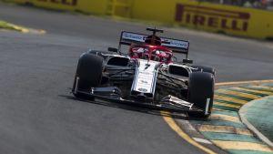 Kimi Räikkönen kör i sin Alfa Romeo under tidskvalet i Australien.