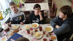 Artjom, Denis, Nikita och Maksim äter varje dag på soppköket
