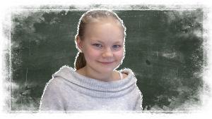 Kuvassa on Oulujoen oppilas Hilda liitutaulun edessä.