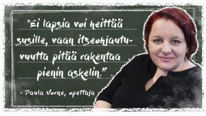 """Kuvassa on Oulujoen koulun opettaja Paula Vorne liitutaulun edessä. Taululla on teksti: """"Ei lapsia voi heittää susille, vaan itseohjautuvuutta pitää rakentaa pienin askelin."""""""