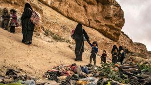 IS-anhängare med barn som lämnade Baghouz i mitten av mars.