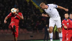 Paulus Arajuuri nickar en boll i matchen mot Armenien.