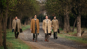 Invisible Heroes sarjan päähenkilöitä kävelemässä. LARS SAND (Juha Kukkonen), ILKKA JAAMALA (Ilkka Villi), TAPANI BROTHERUS (Pelle Heikkila) ja FRANCO PAVEZ (Néstor Cantillana).