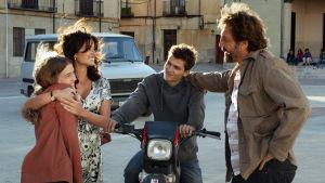 Huvudpersonerna Laura, Irene, Paco och Felipe ser glada ut när de möts på gatan i filmen Alla vet.