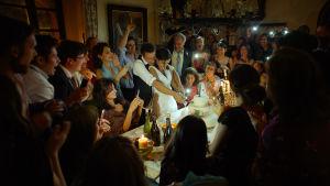 Festglada bröllopsgäster i filmen Alla vet.