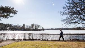 Juha Sipilä kävelee Kesärannan pihalla