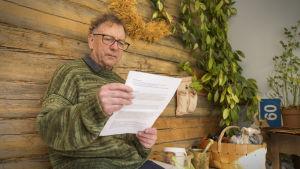 Carl-Erik Liljeström har skickat in en fråga till partierna gällande gråsälar som stör fisket, och läser svaren från parterna hemma i Pellinge.