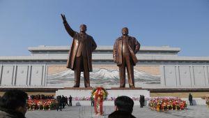 Kim Sung-il ja Kim Jong-il valtavat patsaat Pjongjangissa.