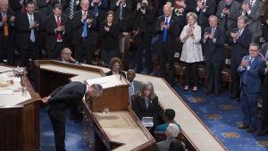 Jens Stoltenberg får stående ovationer och bugar sig djupt inför USA-kongressen.