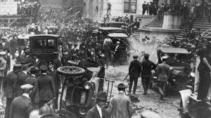 Syyskuussa 1920 Wall Streetillä vietettiin tavallista lounastuntia, kun dynamiitilla täytetty hevoskärry räjähti pankin edessä vieden mukanaan 38 ihmishenkeä.