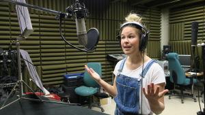 Malin Olkkola bandar in BUU-sagan i en ljudstudio