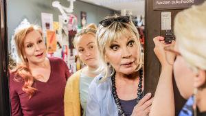 Näyttelijättäret oven suussa uteliaina.