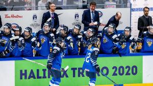 Pasi Mustonen bakom bänken (till vänster) är nöjd då Viivi Vainikka och Elisa Holopainen firar.