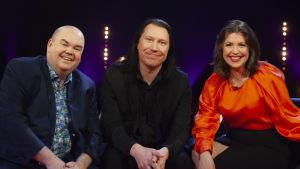 Johan Lindroos, Kjell Simosas och Eva Frantz analyserar Eurovisionsbidragen i del två av De Eurovisa.