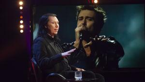 Kjell Simosas lyssnar på Finlands Eurovisions-bidrag Darude.