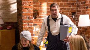 Kahdeksanosainen komediasarja kertoo Taistosta ja taloyhtiön muovinkierrätyksestä.