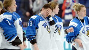 Michelle Karvinen håller för ansiktet efter förlusten.