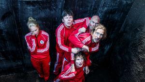 Suden hetki -sarjan näyttelijöitä hautakuopassa.