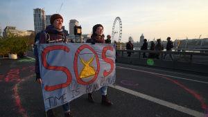 Demonstranterna som blockerade bland annat Waterloo bridge i London, tänker fortsätta sina protestera hela veckan ut