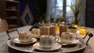 Valmiita kahvidrinkkejä tarjottimella pöydällä