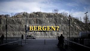 Klippvägg vid Bergens flygplats där Bergen står skrivet i gult.