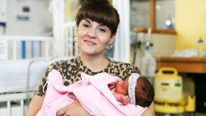 Näyttelijä Ruth Madeley ottaa selvää, kuinka synnynnäistä selkärangan kehityshäirilötä voidaan hoitaa.