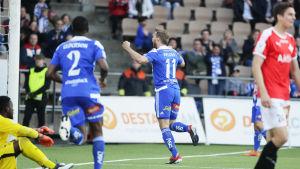 Akseli Pelvas firar ett mål han gjort mot HIFK.