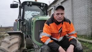 Timo Haara istuu traktorin keulalla.