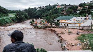 Ett hinduiskt tempel söder om Durban skadades av översvämningar.