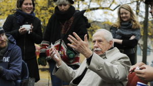 Mike Gravel bland betydligt yngre Occupy-aktivister i schweizisk park