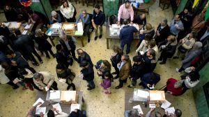 Spanjorer röstar i Barcelona.