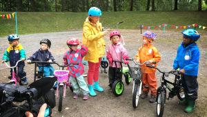 Lapsia pyörien kanssa.