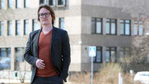 Jaakko Ikonen, medlem i Varkaus stadsfullmäktige och i bildningsnämnden, står framför Varkaus stadshus.