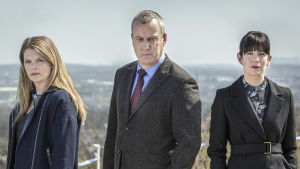 Ylikomisario Banksin tiivis tiimi ratkoo rikoksia sarjan viimeiseksi jääneellä tuotantokaudella.