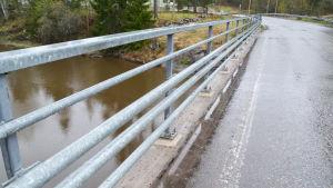 på bron över Svartsån finns det minimalt med plats för fotgängare