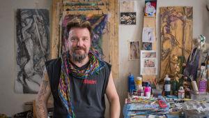 konstnären Mikki Paajanen