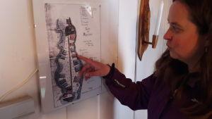 Camilla Juthbacka tittar på gammal karta över Djupsten i Nykarleby