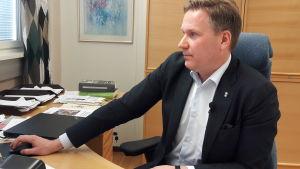 Nykarlebys stadsdirektör Mats Brandt på sitt tjänsterum