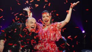 Johan LIndroos och Eva Frantz är programledare för De Eurovisa.