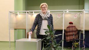 Ingrida Šimonytė röstade i en vallokal i Vilnius på söndagen.