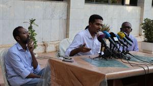 Ledaren för oppositionsalliansen DFCF: (från vänster) Khaled Omar Yousef, Mohammad Naji al-Asam, Faisal Babeker. Bilden tagen under en presskonferens som de höll i Khartoum på tisdagen.
