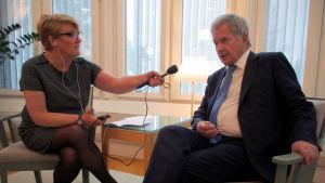 Toimittaja Jaana Selin haastattelee tasavallan presidentti Sauli Niinistöä