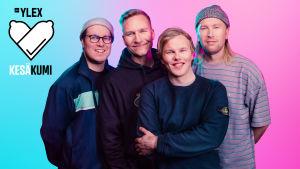 YleX:n kesäkumilogo ja vuoden 2019 kesäkumibiisin esittävä Gasellit. Neljä hymyilevää miestä seisoo puoliksi vaaleansinisen, puoliksi vaaleanpunaisen seinän edessä.