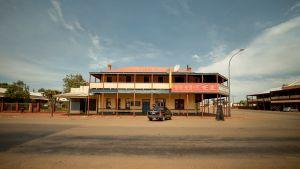 Pieni hotelli aavikkomaisen tunnelman keskellä jossakin pikkukaupungissa Australiassa.
