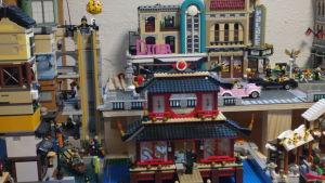 Byggnader i olika stil i en legostad. En japansk pagoda trängs med en amerikansk diner och en biograf.