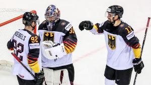 Tyska ishockeyspelare firar en seger.