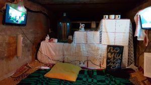 Uställningen visar hur man föreställer sig att det sett ut i Karelen före kriget. På bilden finns bland annat TV,